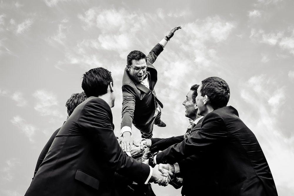 Bruidegom en getuigen: mannen doen coole springfoto